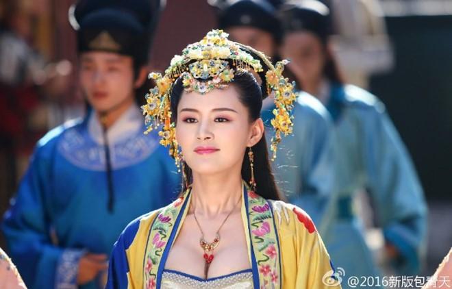 Những hình ảnh trong cung đình hiện thu hút nhiều bình luận nhất. Tại phân cảnh hầu triều có sự góp mặt của công chúa Như Ý, nhân vật này đối chất với Bao Thanh Thiên. Tuy nhiên tạo hình Như Ý bị đánh giá hở hang, không đúng phong cách phụ nữ thời Tống.