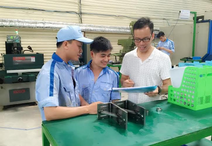Nguyễn Hải Đính thường xuyên trao đổi với nhân viên của mình. Ảnh: NVCC.