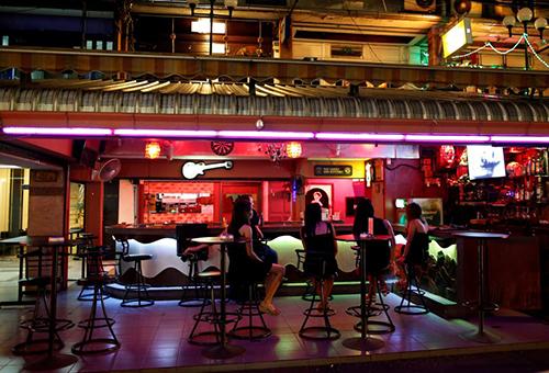 Cảnh vắng vẻ trong một quán bar ở khu đèn đỏ. Ảnh: Reuters