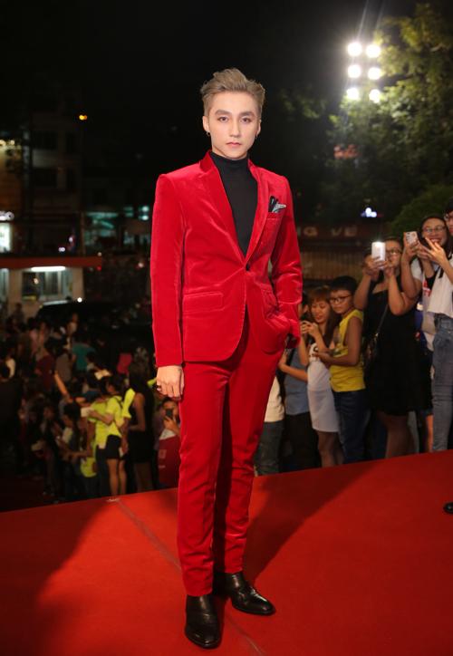 Sơn Tùng M-TP lại nổi bật với cây vest đỏ rực.