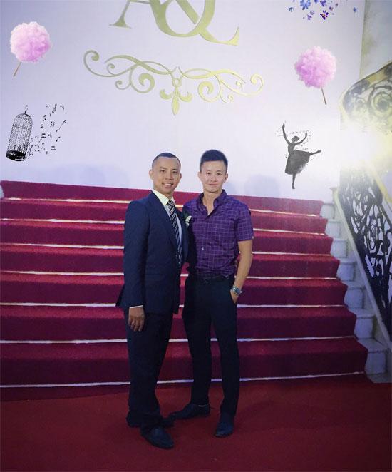 Cựu VĐV thể dục dụng cụ Trương Minh Sang khoe ảnh chụp cùng chú rể Chí Anh.