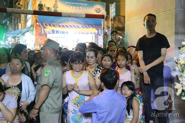Từ chiều, nhiều người dân đã tập trung xung quanh khu vực nhà Minh Thuận để xem người nổi tiếng đến lễ viếng.