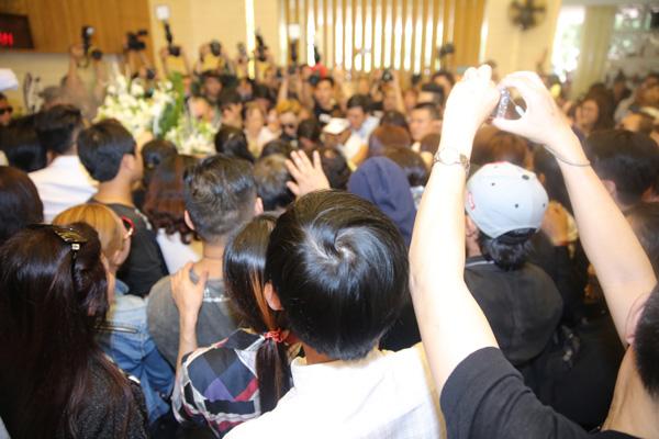 Mọi người chen nhau để được nhìn linh cữu và sờ vào di ảnh Minh Thuận lần cuối trước khi anh được hỏa táng.