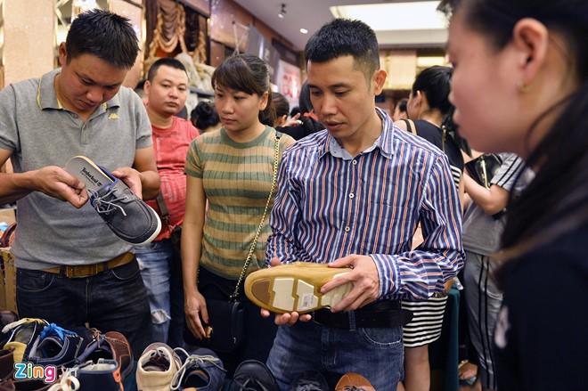 Giầy cũng là mặt hàng thu hút nhiều khách chọn mua.