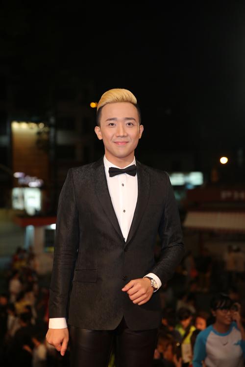 Trấn Thành đi một mình mà không có bạn gái Hari Won. Năm nay, anh được đề cử ở hai giải MC ấn tượng và Nghệ sĩ hài ấn tượng.