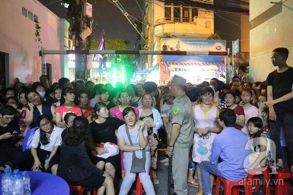 Trước giờ đêm diễn tiễn đưa Minh Thuẫn diễn ra, hai đầu hẻm nhà Minh Thuận đã đặc kín người.