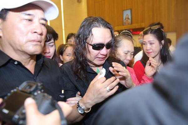 Nhật Hào đeo kính đen che đôi mắt đỏ hoe.