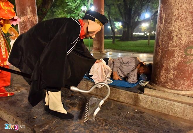 Nhóm tình nguyện mang những phần quà tặng cho người vô gia cư, lao động nghèo ngủ đêm ở vườn hoa, công viên.