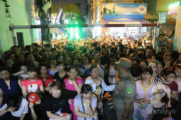 Đám đông hiếu kỳ thậm chí còn xô đẩy, tranh cãi với lực lượng an ninh chỉ vì muốn được nhìn thấy những người nổi tiếng đến chia buồn cùng gia đình Minh Thuận. Trước tình trạng hỗn loạn, lực lượng bảo vệ người nhà Minh Thuận phải xếp ghế ngồi chặn trước hẻm để ngăn người dân ùa vào trong.
