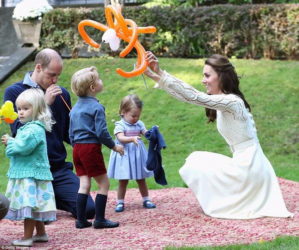 Dù quyền lực là vậy nhưng Hoàng tử vẫn là một cậu nhóc 3 tuổi đáng yêu.