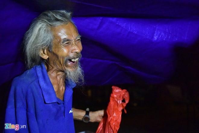 Ông Trung Hiếu (86 tuổi), người sống dưới gầm cầu Long Biên thích thú và cảm ơn khi nhận được tấm lòng của những bạn trẻ.