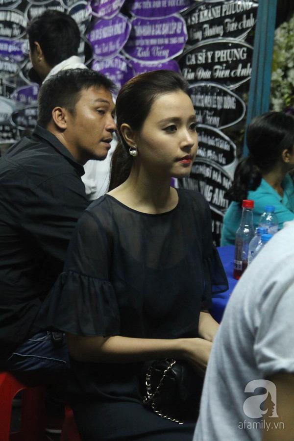 Từ chiều tối đến trước đêm nhạc, nhiều nghệ sĩ vẫn tiếp tục đến viếng Minh Thuận. Ánh mắt Midu đượm buồn khi phải tiễn đưa người anh mà mới đây thôi còn hợp tác cùng cô trong bộ phim mới.