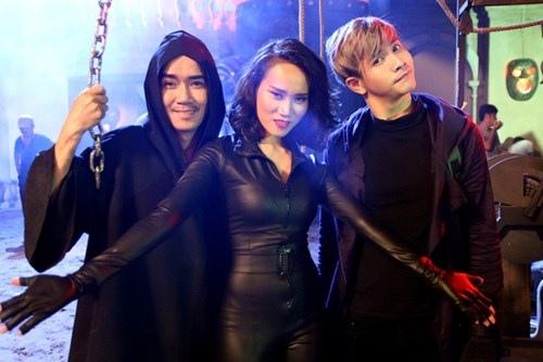 Minh Thuận vui vẻ bên các đồng nghiệp trẻ tham gia bộ phim.