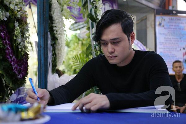 Quang Vinh rưng rưng ghi sổ tang.