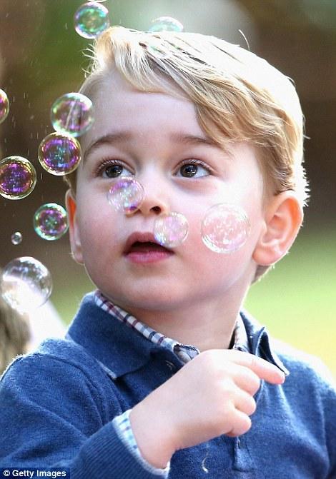 Hoàng tử bé say sưa với bong bóng xà phòng.