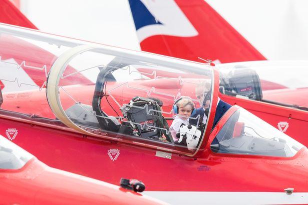 Hoàng tử nhí say mê máy bay và ô tô như bao cậu nhóc khác.