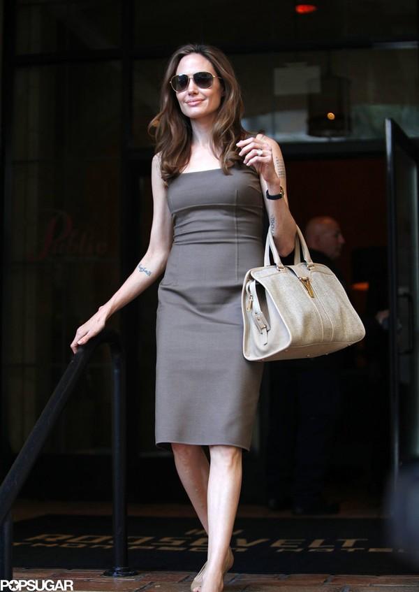 Tháng 4/2012, Angelina Jolie bước ra phố với chiếc nhẫn kim cương trị giá 1 triệu USD (hơn 21 tỷ đồng) sau khi cô và Brad Pitt xác nhận tin đính hôn.