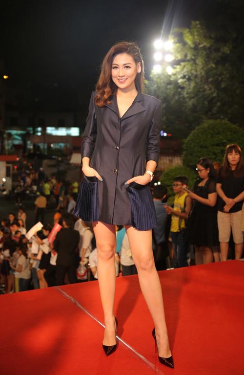 Á hậu Tú Anh không chọn đầm lộng lẫy mà diện vest giả váy cá tính.