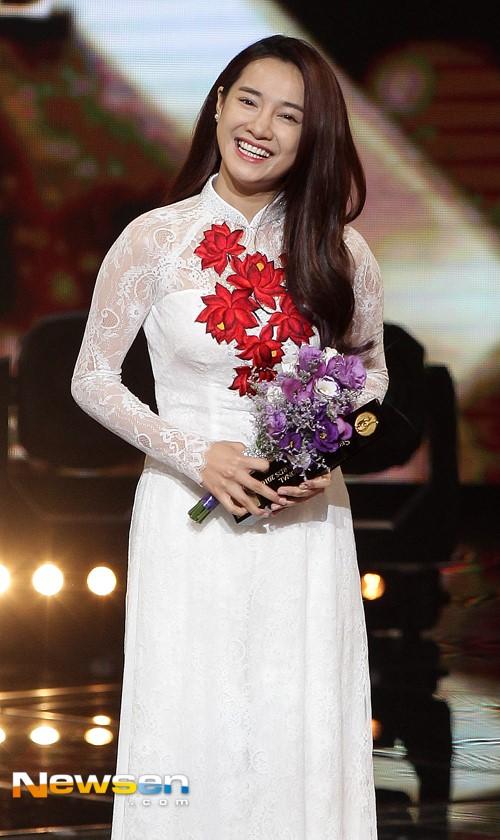 Truyền thông Hàn Quốc dành nhiều lời khen dành cho nữ diễn viên Khúc hát mặt trời. Cô nổi bật trong đêm trao giải trong chiếc áo dài trắng.