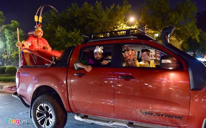 Do phải di chuyển rộng trên địa bàn Hà Nội, bốn thày trò đã dùng một chiếc ôtô bán tải cho kịp thời gian.
