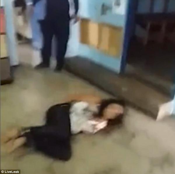 Cuối cùng, người phụ nữ bị bắt vào đồn cảnh sát.