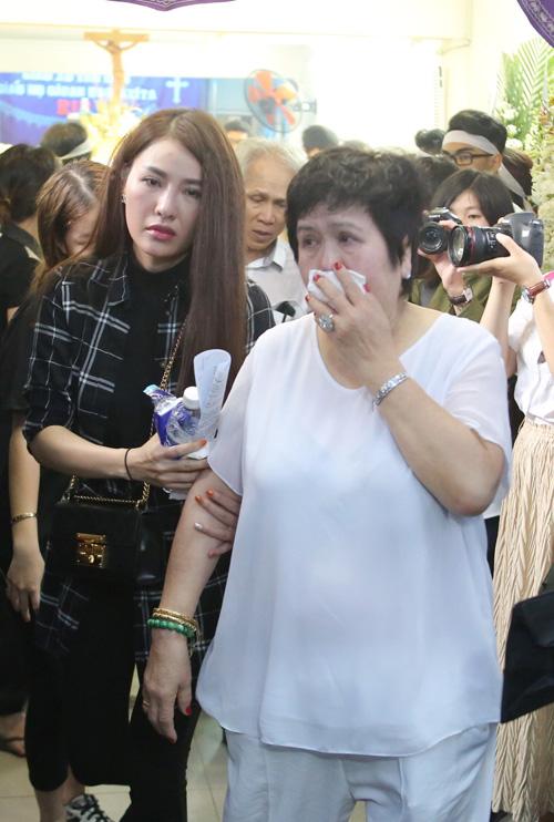 Mẹ nuôi của anh được ca sĩ Quế Vân dìu đi. Những ngày qua bà liên tục khóc.