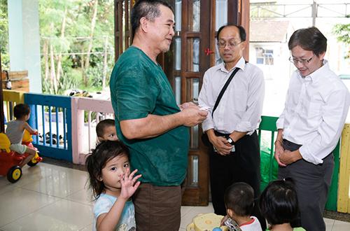 Sau đó, họ tiếp tục đến một Trung tâm bảo trợ trẻ em ở quận 9 - nơi nhận nuôi hơn 50 em bé mồ côi.