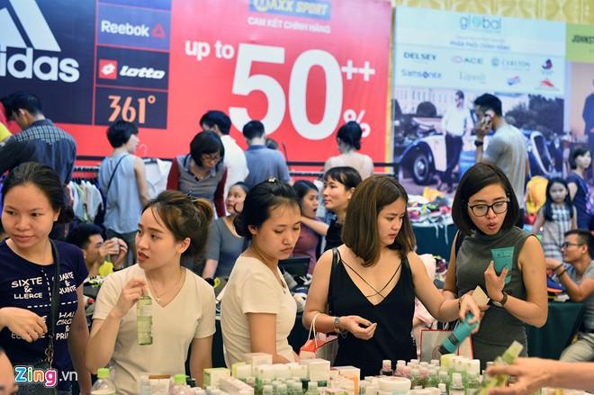Các gian hàng mỹ phẩm là nơi thu hút đông đảo chị em nhất. Có thương hiệu tặng ngay voucher giá từ 100.000 - 500.000 đồng cho khách sau khi mua đồ nhằm thu hút người dùng chọn mua tiếp sản phẩm của mình.