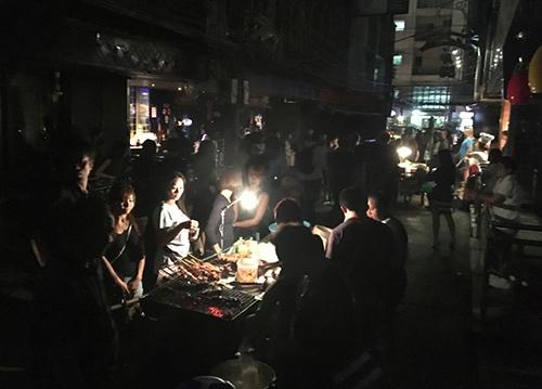 Các buổi biểu diễn ca nhạc và tiệc bãi biển ở Thái Lan bị hủy bỏ, nhiều quán bar tấp nập nay đóng cửa. Ảnh: AP