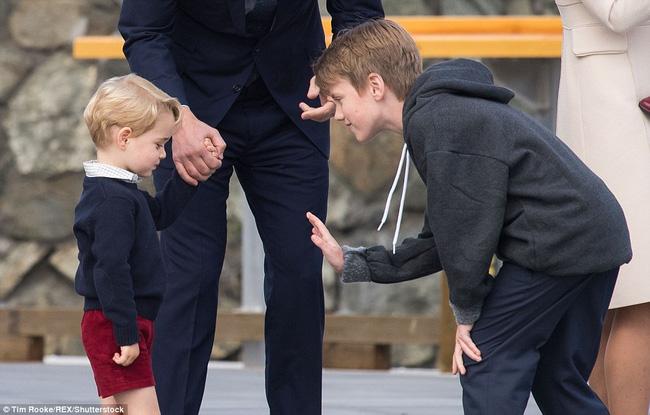 Daniel tỏ ý muốn đập tay với Hoàng tử bé ở sân bay.