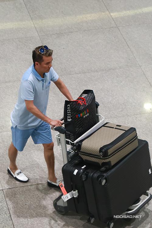 Trước đó, Đàm Vĩnh Hưng về đến sân bay Tân Sơn Nhất khoảng 10h30.