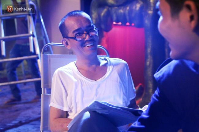 Nghệ sĩ Minh Thuận gầy nhom, vẫn tươi cười.
