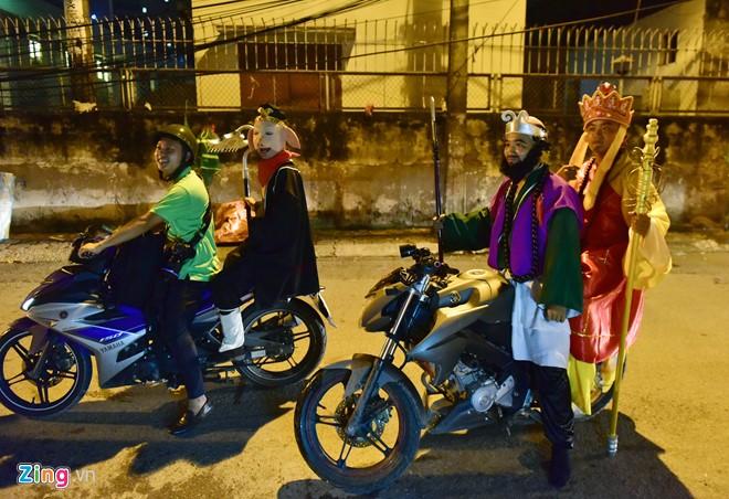 Trước đó, họ định đi bằng xe máy nhưng mũ bảo hiểm đội vào không vừa, đến đầu ngõ quay về đổi phương tiện.