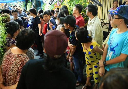 Nhiều người xếp thành hàng ngang tại lối đi để tận mắt thấy các nghệ sĩ nổi tiếng ngoài đời.    Nhiều người dân vây quanh chụp ảnh, xin chữ ký Trấn Thành khi anh di chuyển ra xe.      Mọi người tò mò hướng mắt về Hà Hồ khi cô vừa xuất hiện.      Đông Nhi và bạn trai cũng nhận được nhiều sự chú ý từ người dân xung quanh.   Theo Dân Việt