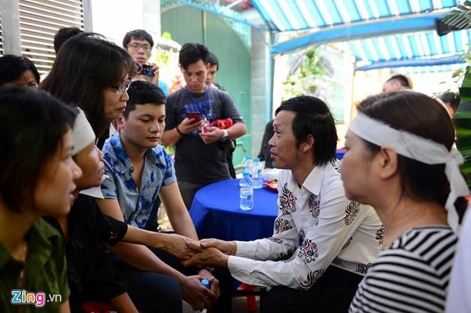 Nghệ sĩ ưu tú nán lại trò chuyện, động viên các chị gái, con cháu của Minh Thuận.