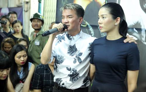 Đàm Vĩnh Hưng (trái)  thể hiện ca khúc Hát cho người nằm xuống. Trước khi Minh Thuận qua đời, anh đã kịp vào bệnh viện tặng hoa và gặp gỡ đàn anh.