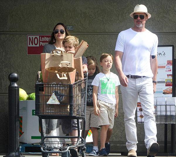 Hôm 4/7, cả gia đình đi siêu thị ở Los Angeles. Lúc này đã có rất nhiều tin đồn hôn nhân của cặp đôi rạn vỡ bởi suốt nhiều tháng ông bà Smith không hề ở cạnh nhau. Thay vì lên tiếng, Angelina và Brad chọn cách im lặng và xuất hiện bên nhau như một gia đình hạnh phúc.