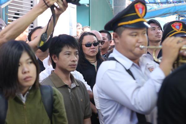 Bạn thân của Minh Thuận - ca sĩ Nhật Hào đứng lẫn trong đám đông.