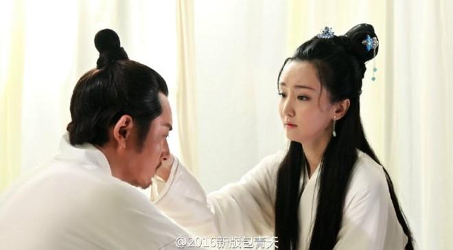 Theo giới thiệu của ê-kíp, Bao Thanh Thiên bản 2016 không chỉ tập trung vào các vụ án mà còn miêu tả đời sống gia đình của vị quan này. Vì thế, trong phim có khá nhiều cảnh tình cảm giữa Bao Chửng và vợ.