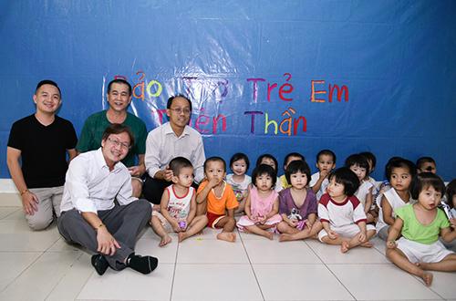 Gia đình cố nghệ sĩ trao một số tiền để ủng hộ hoạt động của trung tâm.