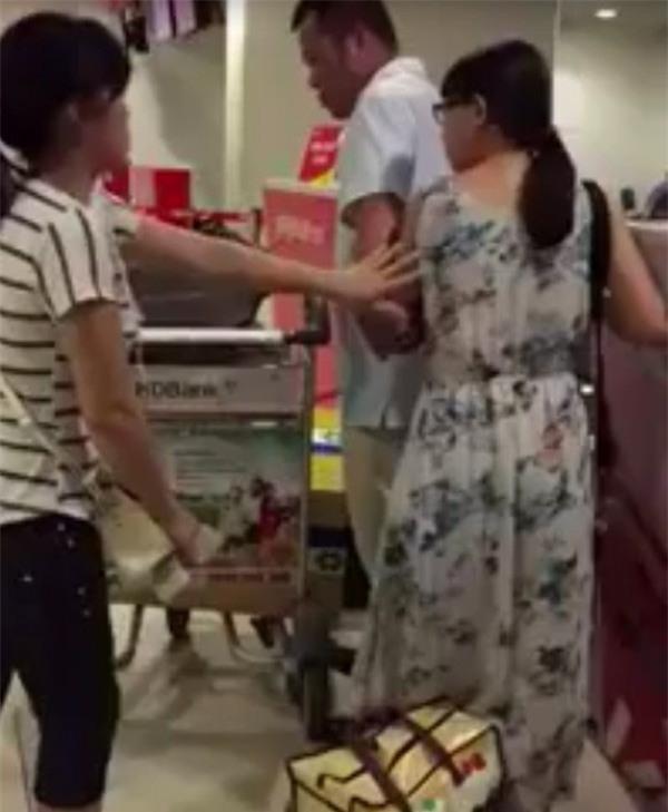 Ở vị trí này cho thấy, người phụ nữ chỉ đặt hành lý sau cô gái chứ không hề có việc chen ngang...