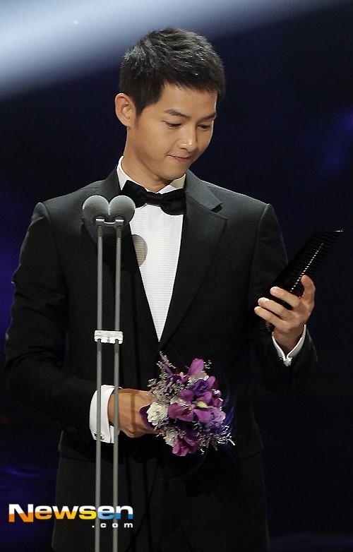 Song Joong Ki nhờ diễn xuất trong Hậu duệ mặt trời nhận giải Diễn viên Hàn đột phá.