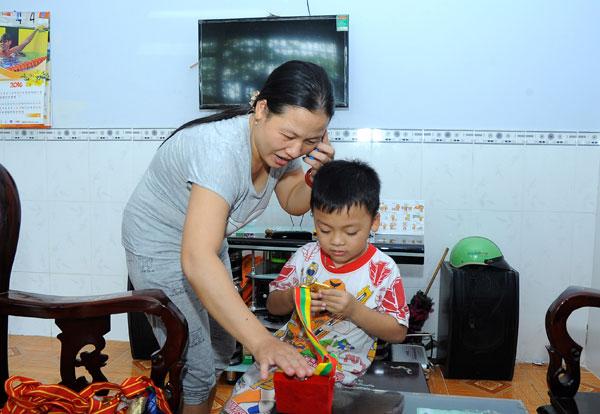Chị Tám liên tục nhận điện thoại của người thân và bạn bè chúc mừng. Sự bận rộn bất thường của cô vợ lực sĩ khuyết tật.