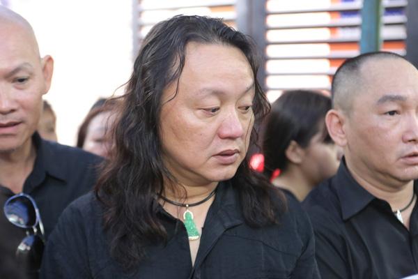 Anh vừa từ nước ngoài về đến Việt Nam tối qua, lập tức chạy đến thắp hương cho Minh Thuận. Tối qua, khi hát lại ca khúc Thất tình, Nhật Hào rưng rưng.