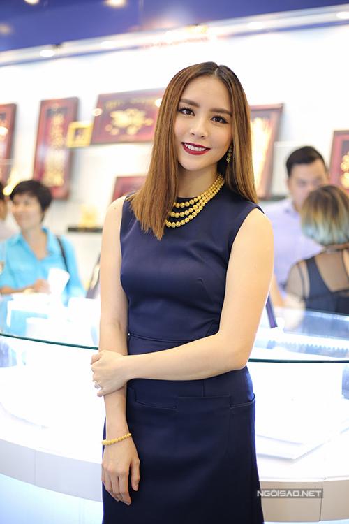 Bà mẹ hai con Dương Trương Thiên Lý cũng không hề thua kém đàn em Phạm Hương khi sử dụng bộ trang sức có giá tương đương 1 tỷ đồng.