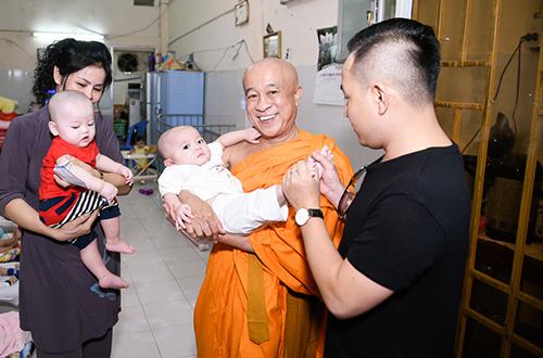 Tại chùa Kỳ Quang, quận Gò Vấp, đoàn tặng cho chùa 100 kg gạo và tiền mặt. Ngôi chùa này có 200 trẻ em mồ côi được chăm sóc, dạy dỗ.