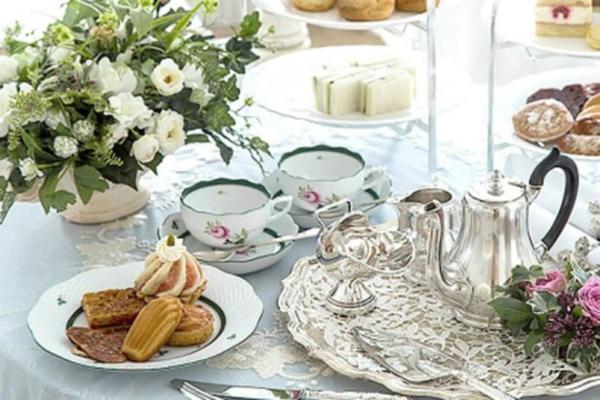Bữa nhẹ giữa buổi chiều với trà và bánh ngọt.