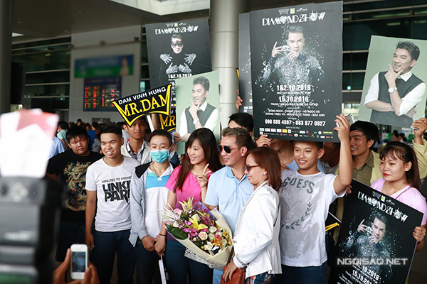 Nhiều fan ra sân bay đón Đàm Vĩnh Hưng.