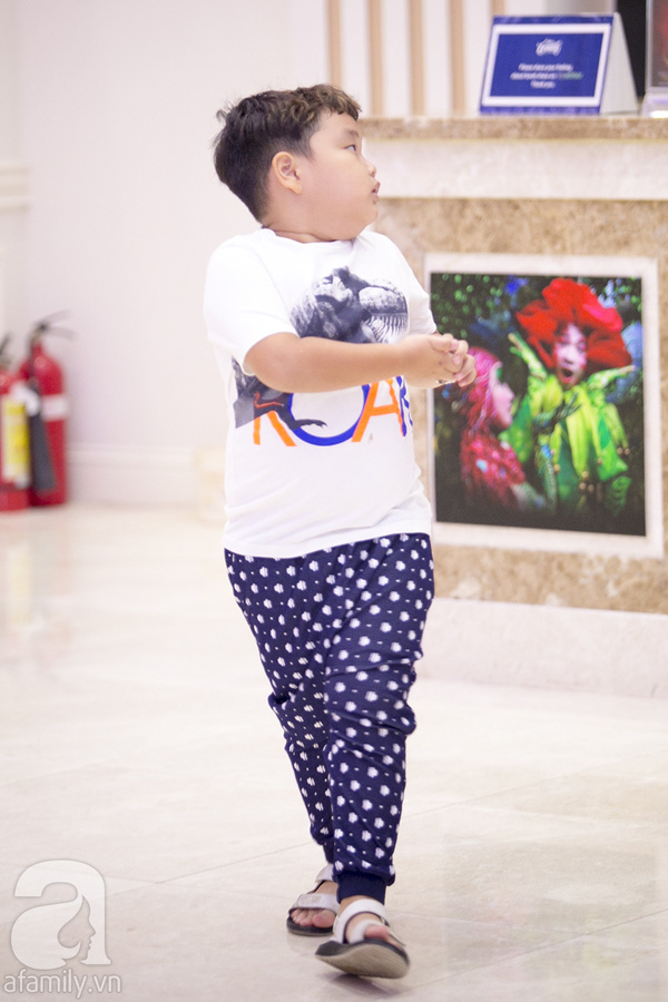 Bi Béo hiện tại học lớp 2 tại một trường tiểu học ở Hà Nội. Cậu bé trông lớn hơn và chững chạc hơn rất nhiều so với thời điểm tham gia Bố ơi mình đi đâu thế.