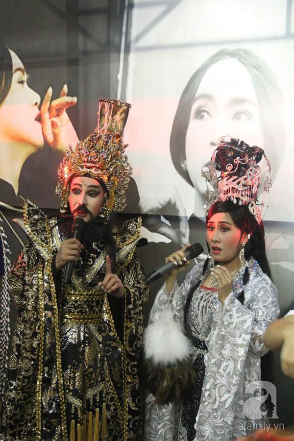 Hai nghệ sĩ Hoàng Đăng Khoa - Hoàng Dung biểu diễn một tiết mục cải lương - môn nghệ thuật truyền thống mà Minh Thuận sinh thời rất yêu thích.